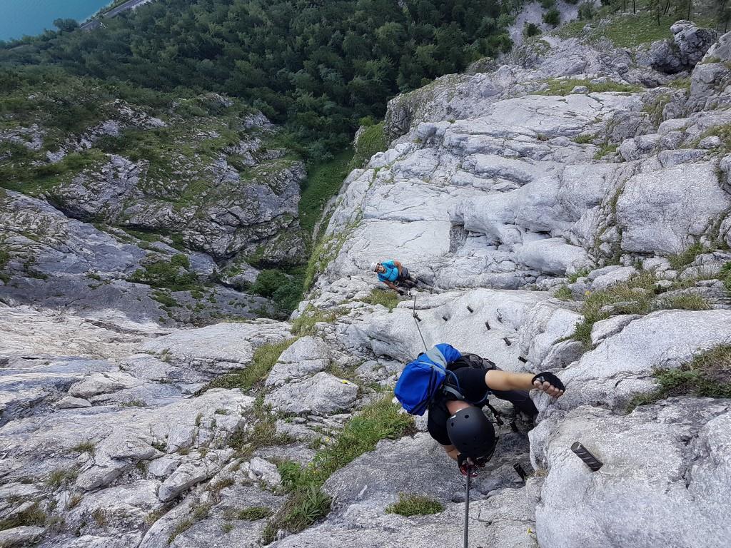 Klettersteig Mahdlgupf : Steinbach am attersee bergsteiger auf mahdlgupf klettersteig